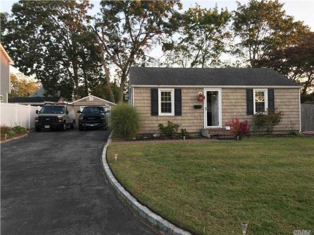 2 BR,  1.00 BTH Ranch style home in Deer Park