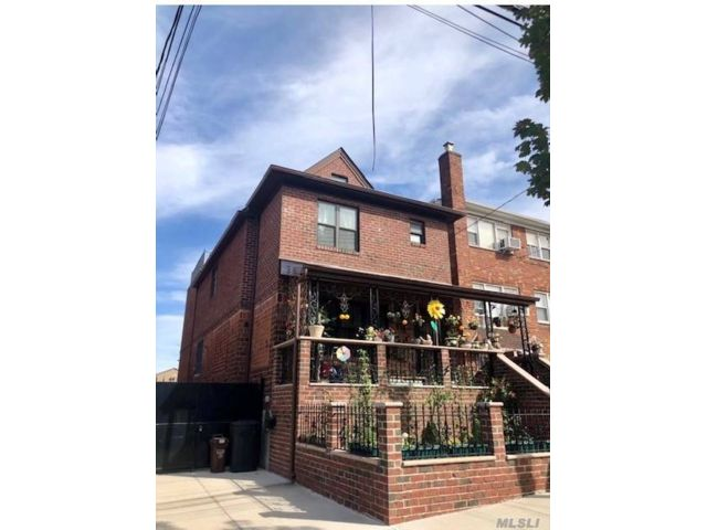 4 BR,  5.00 BTH  Colonial style home in Middle Village