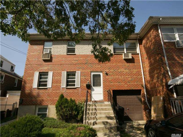 4 BR,  4.00 BTH 2 story style home in Bayside