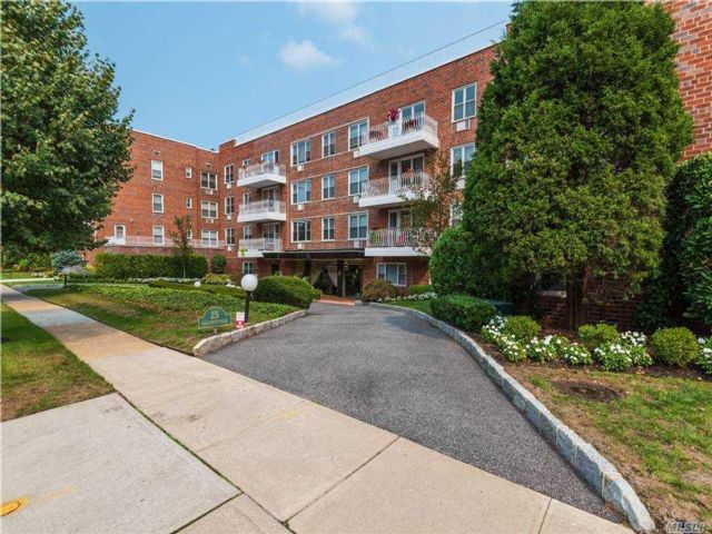 2 BR,  2.00 BTH Mid rise style home in Great Neck