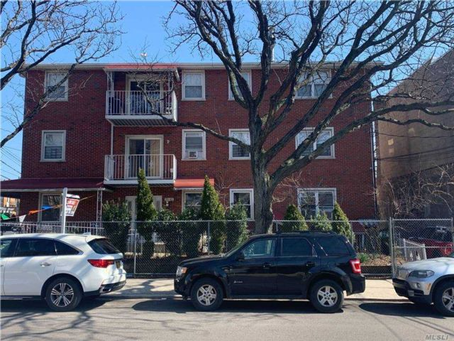 6 BR,  7.00 BTH Colonial style home in Astoria