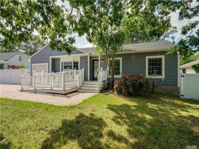 3 BR,  3.00 BTH Ranch style home in Ronkonkoma