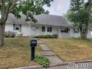 5 BR,  3.00 BTH Cape style home in Miller Place