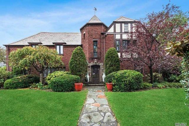 5 BR,  4.00 BTH Tudor style home in Garden City