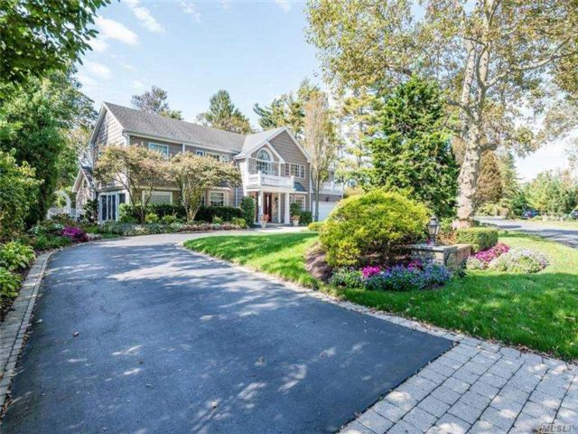 5 BR,  5.00 BTH Colonial style home in Hewlett Harbor