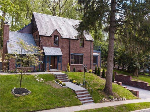 4 BR,  4.00 BTH Colonial style home in Manhasset