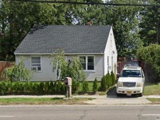 2 BR,  1.00 BTH Cape style home in Bay Shore