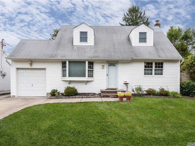 4 BR,  1.00 BTH Cape style home in East Norwich