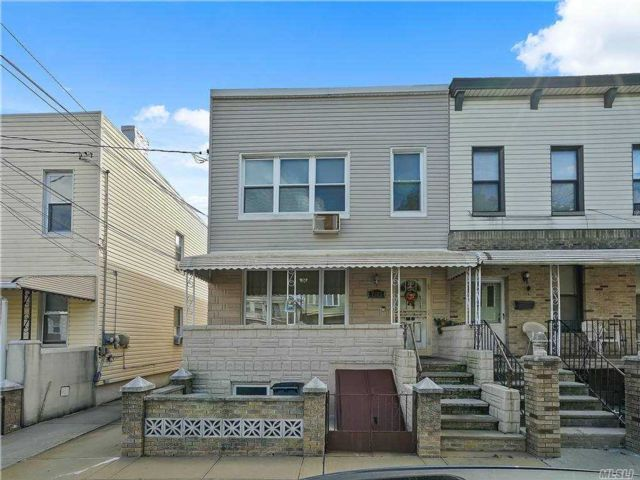 5 BR,  3.00 BTH Colonial style home in Middle Village
