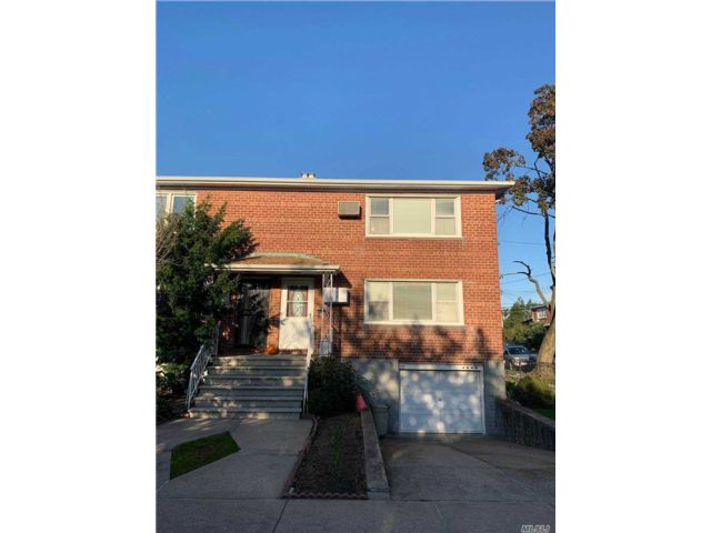 6 BR,  2.00 BTH 2 story style home in Whitestone