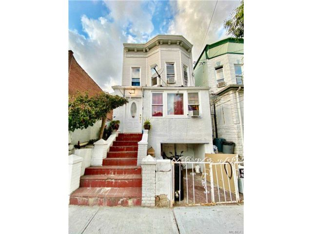 7 BR,  3.00 BTH  2 story style home in Flushing