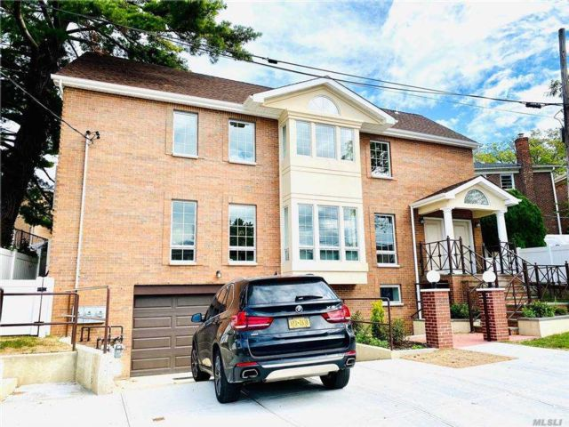 6 BR,  6.00 BTH  Colonial style home in Whitestone