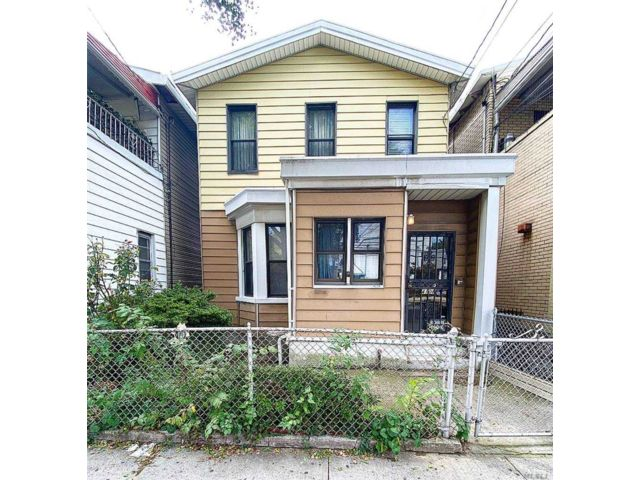 3 BR,  2.00 BTH Other style home in Astoria