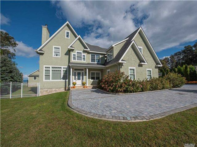 5 BR,  5.00 BTH Colonial style home in Riverhead