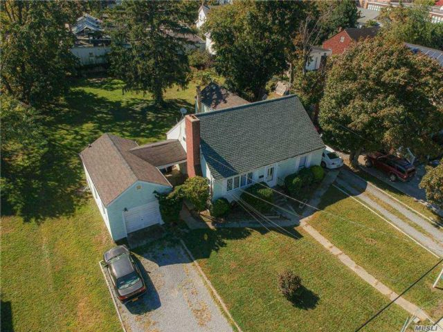 5 BR,  4.00 BTH Cape style home in Amityville