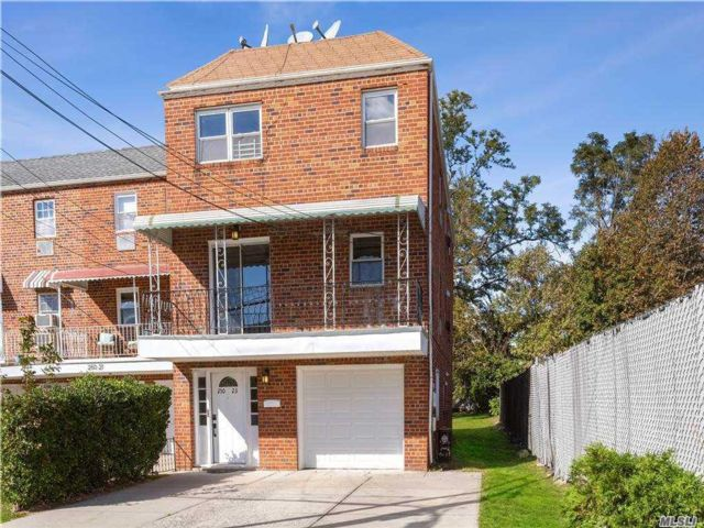 8 BR,  5.00 BTH Other style home in Bellerose