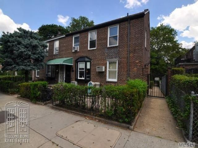 2 BR,  1.00 BTH Apt in bldg style home in Long Island City