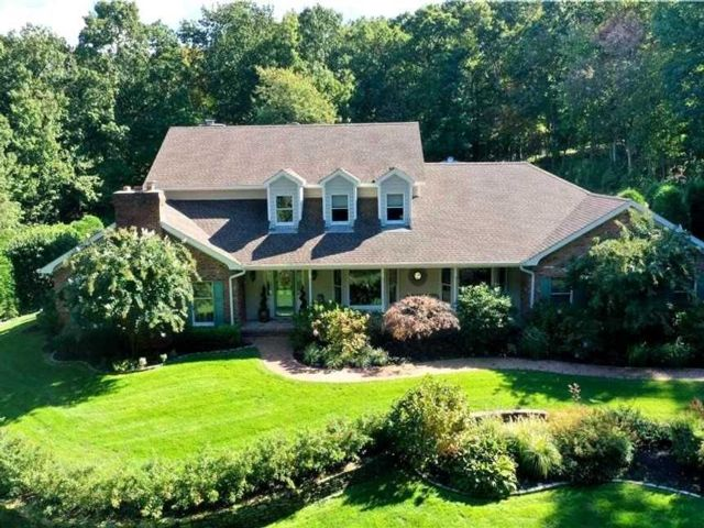 4 BR,  4.00 BTH Colonial style home in Wading River