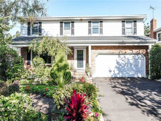 7 BR,  6.00 BTH Colonial style home in Lawrence