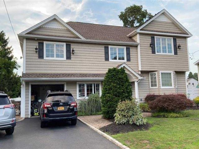 5 BR,  3.00 BTH Colonial style home in Deer Park