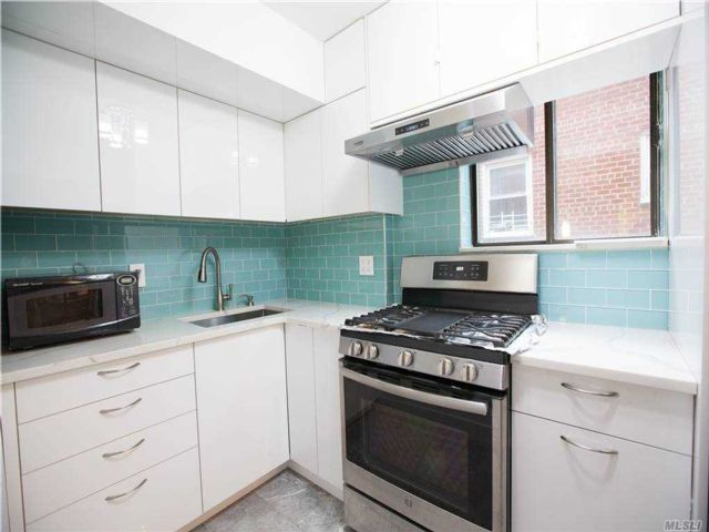3 BR,  3.00 BTH Mid rise style home in Flushing