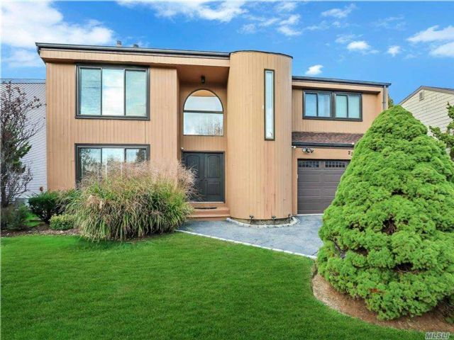 4 BR,  3.00 BTH Contemporary style home in Syosset
