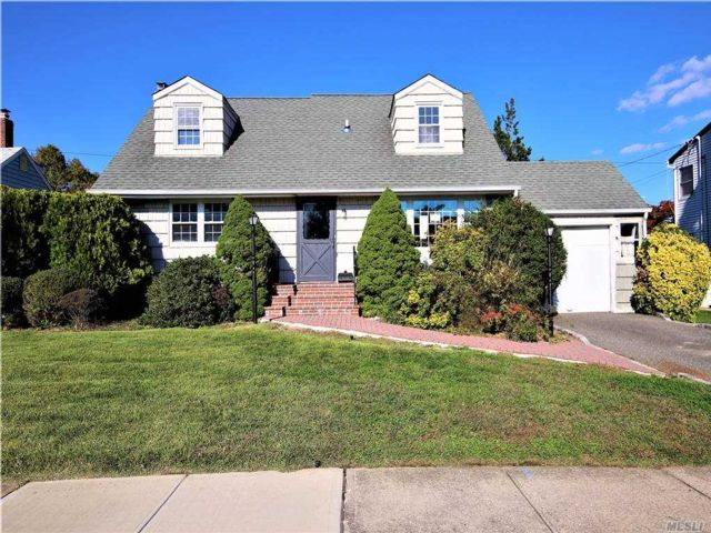 4 BR,  3.00 BTH  Exp cape style home in Hicksville
