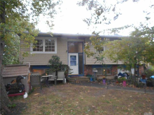 5 BR,  2.00 BTH  Hi ranch style home in Central Islip