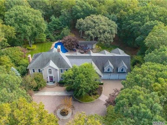 7 BR,  6.00 BTH  Colonial style home in Northport