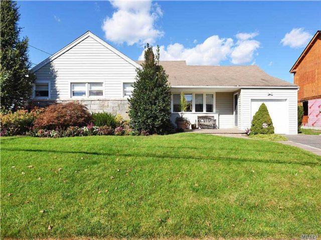 4 BR,  3.00 BTH Exp ranch style home in East Rockaway