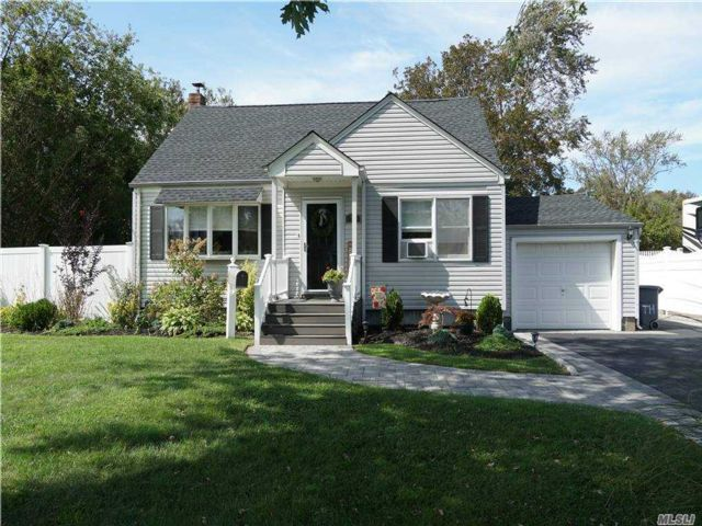 4 BR,  3.00 BTH  Exp cape style home in West Babylon