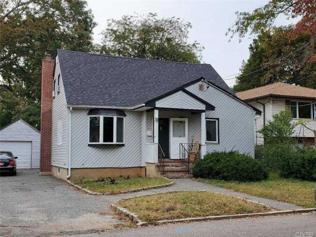 6 BR,  2.00 BTH Cape style home in Huntington Station