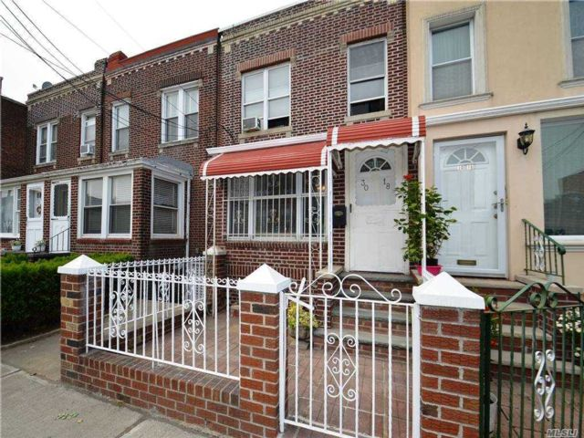 3 BR,  2.00 BTH Colonial style home in Astoria