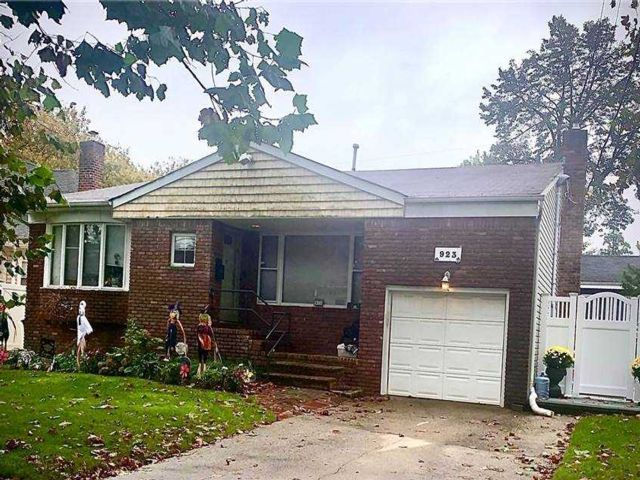 3 BR,  3.00 BTH  Split level style home in Woodmere