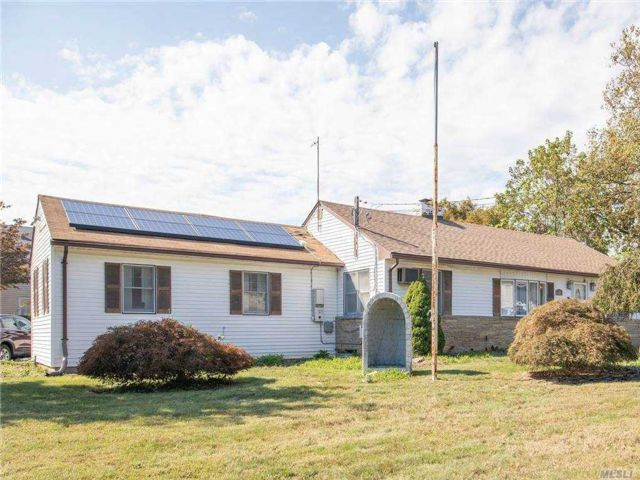 4 BR,  3.00 BTH Exp ranch style home in Deer Park