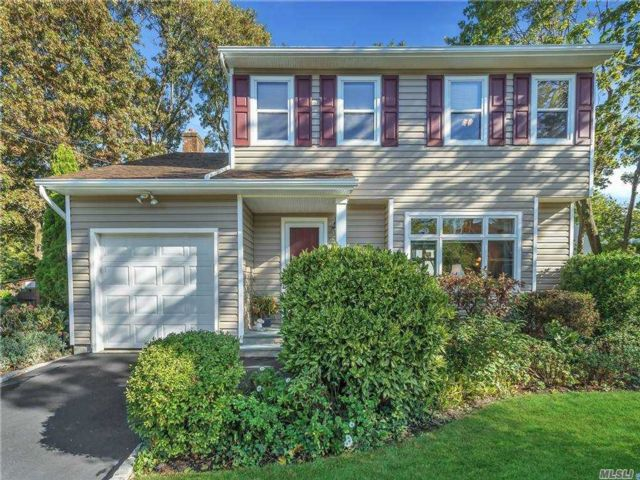 3 BR,  3.00 BTH Colonial style home in Northport