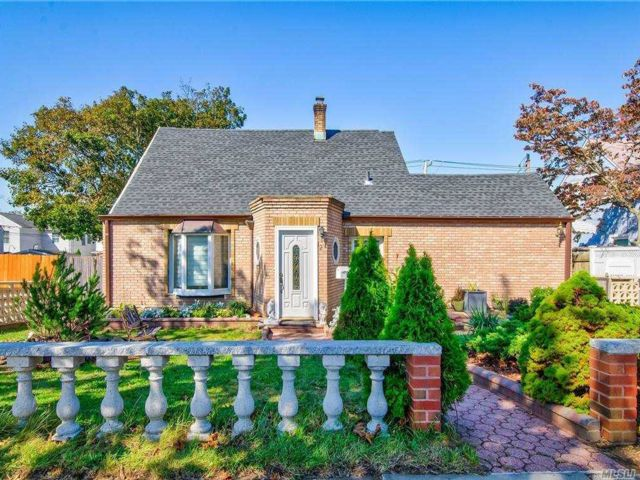 4 BR,  3.00 BTH Exp cape style home in Levittown