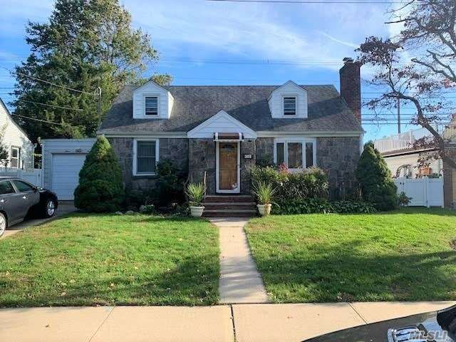 4 BR,  2.00 BTH Cape style home in Mineola