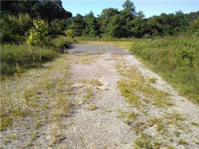Lot <b>Size:</b> 1.01 Acre Land style home in Holbrook