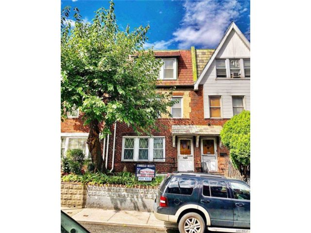 5 BR,  2.00 BTH  Townhouse style home in Astoria