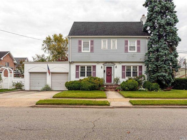 3 BR,  2.00 BTH Colonial style home in New Hyde Park