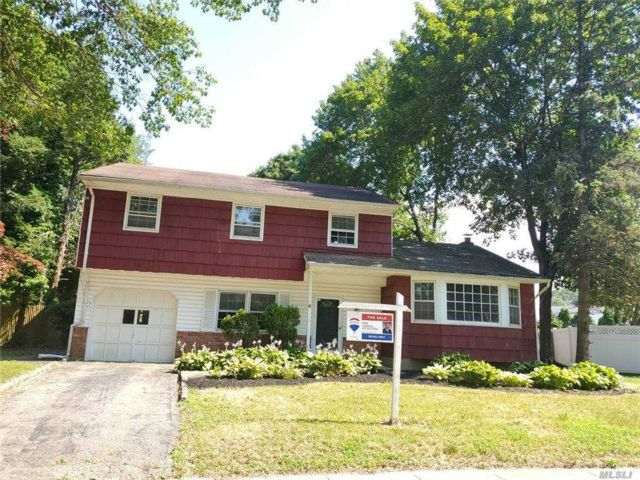 4 BR,  2.00 BTH Colonial style home in Greenlawn