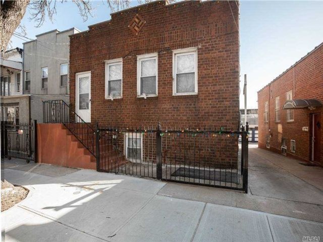 6 BR,  4.00 BTH  Duplex style home in Ozone Park