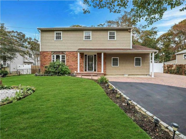 5 BR,  4.00 BTH Colonial style home in Oakdale