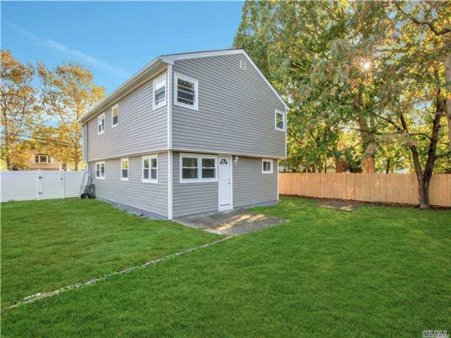 3 BR,  2.00 BTH Hi ranch style home in Dix Hills