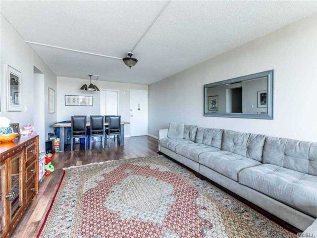 2 BR,  2.00 BTH Apt in bldg style home in Bayside