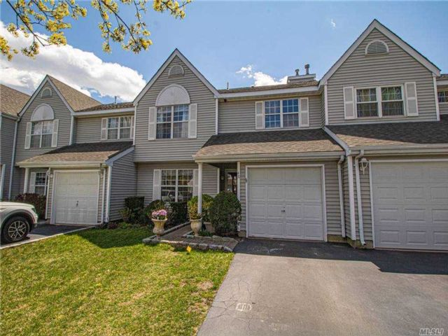 3 BR,  3.00 BTH Townhouse style home in Bay Shore