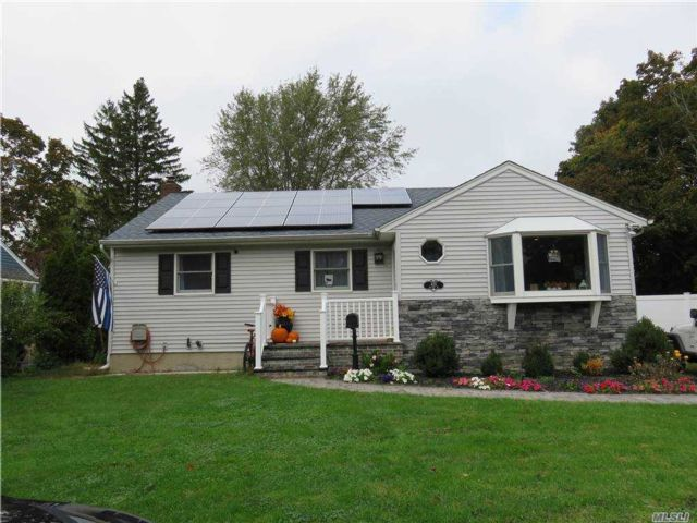 3 BR,  1.00 BTH Ranch style home in Greenlawn