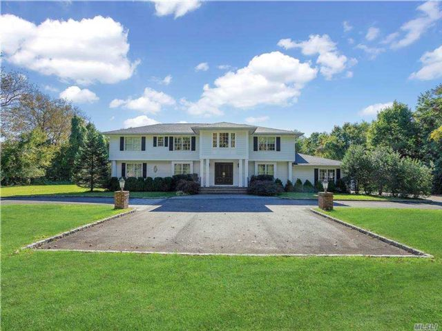 5 BR,  5.00 BTH Colonial style home in Old Westbury