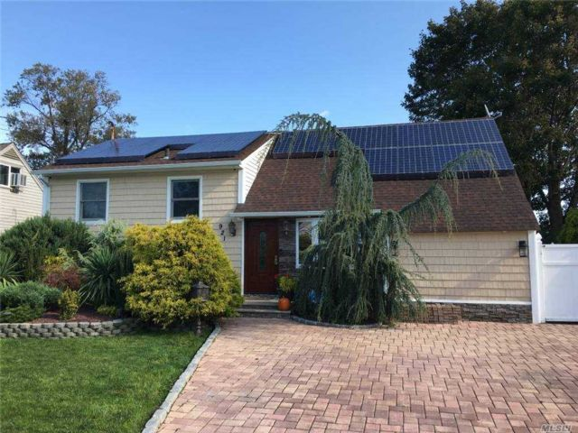 3 BR,  1.00 BTH  Split level style home in Lindenhurst